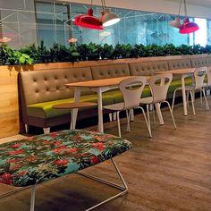 Mesas livianas y versátiles, para reuniones informales o como opción de sitio de trabajo y encuentro dentro de la oficina, cuenta con… Y Food, Food Court, Outdoor Furniture Sets, Outdoor Decor, Instagram, Home Decor, Environment, Reunions, Restaurants