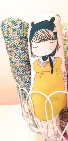 Jolie poupée en coton biologique - sérigraphiée- rembourrage en polyester - Dimension 32x10 - Une face illustrée d'une jolie coquette