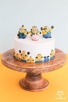 Partytorte im Minionstyle - Cake it like minion . Partytorte im Minionstyle - Cake it like minion Minion Torte, Bolo Minion, Cake Minion, Minions Minions, Minion Cupcakes, Lego Cake, Minions Quotes, Funny Minion, Funny Jokes