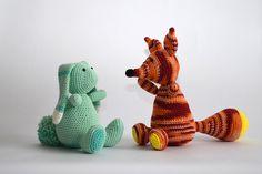 Unieke kraamcadeaus van natuurlijke materialen. De liefste knuffeltjes om met een goed gevoel te geven. Gifts For Kids, Great Gifts, Unique Baby, Crochet Animals, Dinosaur Stuffed Animal, Turquoise, Children, Cute, Presents For Kids