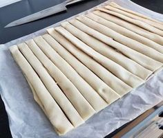 Släng ihop fikat på nolltid med färdig smördeg och nutella. Snurrorna blir härligt frasiga och ljuvligt goda! Ca 14 st smördegsbullar 2 st stora smördegsplattor Ca 1 dl nutella Garnering: Ägg till pensling Pärlsocker Gör såhär: Värm ugnen till 225°. Värm nutellan några sekunder i micron så blir den enklare att bre på smördegen. Bred nutellan över en smördegsplatta, lägg den andra smördegen över. Skär ut remsor. Snurra remsorna och forma till en snurra. Nyp ihop änderna lite så håller… No Bake Desserts, Delicious Desserts, Dessert Recipes, Nutella Recipes, Chocolate Recipes, Baking Recipes, Cookie Recipes, Bagan, Cookie Cake Pie
