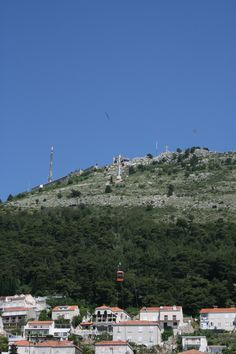 Kaapelihissi vie kukkulan laelle. A cable car takes you up to the hill. #Dubrovnik