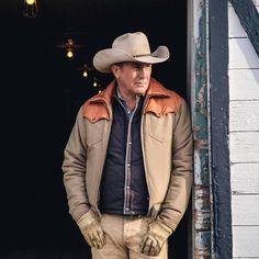 John Dutton ~ Dutton Ranch Cowgirl And Horse, Cowboy Up, Yellowstone Series, Cole Hauser, Cowboy Pictures, Cowboys Men, Kevin Love, Good Old Times, Chuck Wagon