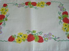 Jogo de cozinha bordado em ponto cruz com morangos e flores, acabamento em renda de algodão. <br>Jogo composto por: <br>1 caminho de mesa medindo 140 cm x 44 cm <br>1 toalha medindo 70 cm x 44 cm <br>1 toalha medindo 58 cm x 44 cm