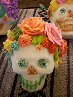A lovely flower topped sugar skull. In México The Death is tasty. Day Of The Dead Party, Day Of The Dead Skull, Sugar Skull Molds, Sugar Skulls, Halloween Decorations, Halloween Party, Halloween Halloween, Vintage Halloween, Halloween Makeup