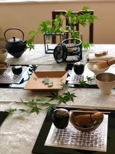初心者でも簡単 テーブル茶道 (茶道教室 雪月花) 世田谷の茶道の生徒募集・教室・スクールの広告掲示板|ジモティー Japanese Lamps, Japanese Pottery, Luxury Dining Room, Dining Room Design, Afternoon Tea Tables, Japanese Dinner, Come Dine With Me, Table Setting Inspiration, Asian Kitchen