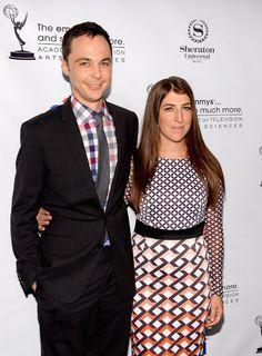 De nerd a sexy, el gran cambio de Mayim Bialik de The Big bang Theory  Mayim Bialik junto a su compañero de elenco en The Big Bang Theory. Foto:AFP