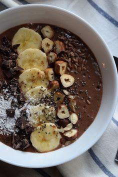 Pain au chocolat: Frullato di semi di chia, banana e cacao con latte di mandorle (vegan)