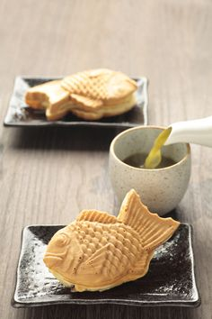 Japanese sweets, Taiyaki たい焼き - fish shaped cake with red bean paste made from sweetened azuki beans inside. One of my favorite desserts/snacks. Japanese Sweets, Japanese Food, Cute Food, Yummy Food, Eat This, Cupcakes, Food Inspiration, Sushi, Muffins