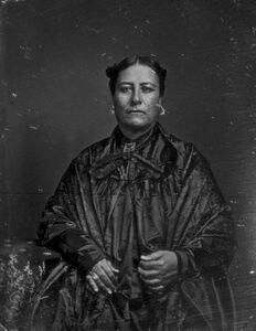 Fanny Keku'iapoiwa Kailikulani Leleoili Kulua Kekelaokalani Young Lewis Na'ea was a member of the royal family of the Kingdom of Hawaii, and mother of a Queen Emma Kalanikaumaka'amano Kaleleonālani Na'ea Rooke of Hawai'i (January 1836 – April Hawaiian Woman, Kings Hawaiian, Hawaiian Monarchy, Hawaiian Clothes, Aloha Spirit, January 2, Aloha Hawaii, Vintage Hawaii, Hawaiian Islands