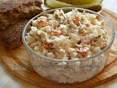 Представляю вам пикантный рыбный салат. Копчёная скумбрия придаёт ему превосходный запах и вкус, а рис делает сытным, не мешая скумбрии солировать. Если вы