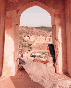 Samode Palace is a must stay at luxury hotel near Jaipur. Jaipur Travel, India Travel, Best Places To Travel, Places To Visit, Travel Pictures, Travel Photos, Travel Pose, Instagram Pose, Travel Aesthetic