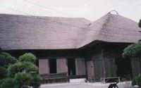 山本家住宅(神栖市)    神栖の神之池のほとりにある網元をしていた漁家の家です。  震災による被害を受けて、現在復旧工事中だそうです。