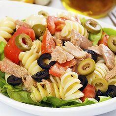 Atún, pasta, tomate y aceitunas, típica ensalada mediterránea