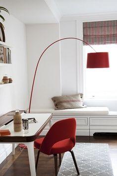 Tendance déco : Le rouge, suivez le fil by MyHomeDesign Une chambre blanche réveillée par des accessoires rouges - lampe Twiggy Foscarini en rouge : chicissime et passionnelle