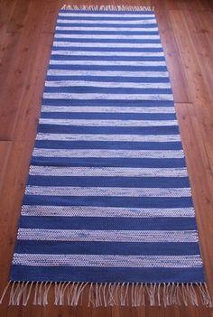 Sini-valkoraitainen matto - kudottu puuvillatrikookuteista. Koko noin 83 cm x 240 cm. www.loruloimi.com