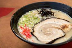 La recette traditionnelle des râmen de Hakata et leur fameux tonkotsu, un bouillon riche et laiteux aux os de porc.