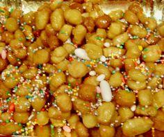 PIGNOLATA AL MIELE è un dolce di #Carnevale tipico di alcune zone del meridione d'Italia, principalmente della Calabria e della Sicilia dove vi sono due versioni conosciute come Pignoccata e Pignolata glassata. Fatto da pallini di pasta fritti e coperti di miele, simile agli struffoli, da cui differisce per la forma a pigna e perché è fritta nello strutto, presente anche nell'impasto. #CarnevaliLuigi https://www.facebook.com/IlBuongustaioCurioso/