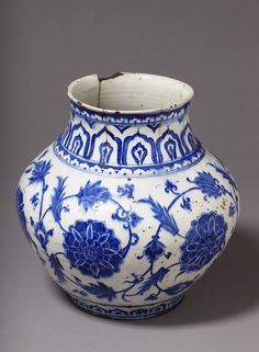 Vase      Place of origin:      Iznik, Turkey (probably, made)     Turkey (made)     Date:      ca. 1575-80 (made)     Artist/Maker...