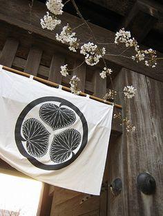 Gate and Kamon of Tokugawa and Sakura, Japan. Japanese History, Japanese Beauty, Japanese Culture, Kamakura, Japanese Family Crest, Himeji Castle, Japanese Textiles, Japanese Kimono, Turning Japanese