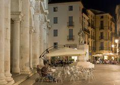Vicenza, Piazza dei Signori  Un'illuminazione color della luna   http://www.archilight.it/GetPage.pub_do?id=8a8a8ab711a17da80111a2740bbf04b8&_JPFORCEDINFO=4028e41534e6e18e0134e6ef5b610026