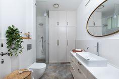 שיפוץ חדר מקלחת במראה כפרי קלאסי Alcove, Bathtub, Mirror, Bathroom, Furniture, Home Decor, Standing Bath, Washroom, Bathtubs