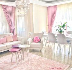 Nilay hanım, pembeler maviler ve tatlı aksesuarlar ile cıvıl cıvıl bir görünüm yakaladığı evinde küçük küçük değişimler yapmayı, açık renklerde, sade mobilya tercihlerini yeni yeni aksesuarlarla renkl... Inspire Me Home Decor, Modern Curtains, Living Room Sofa, Chic Living Room, Sofa Design, Pastel Kitchen, Pink Design, 1930s House, Pink Houses