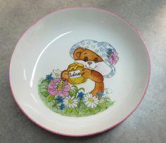 Motifs enfants | L'atelier de MARIDO FLEURY – Peinture sur porcelaine à Ile de la Réunion Fleury, Lily, Plates, Motifs, Tableware, Gifts, Deco, Porcelain, Crafts