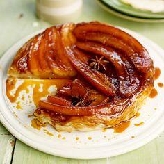 Deze tarte tatin zal binnen no time op zijn! In plaats van de traditionele appel, gebruik je in dit recept banaan in de taart. Het zoete van de banaan gaat geweldig samen met de karamel en de steranijs. Serveer lauwwarm met een bolletje ijs. 1....