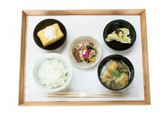 ごはん、味噌汁、おかず2品、漬物の、卵かけごはんのための朝ごはん550円。ごはんはおかわり自由。10時からは昼ごはん1050円〜を。