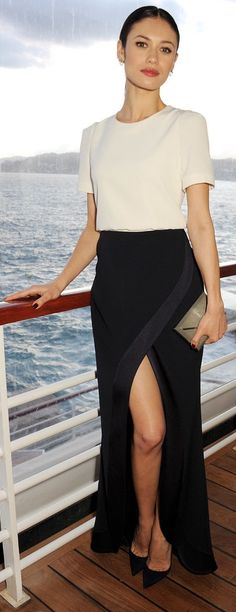 Celebrity evening look | Chic white shirt with black slit skirt