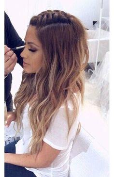 Também é possível trançar somente a raiz da parte de cima do cabelo e deixar o comprimento dos fios soltos, vai ficar superelegante e o trançado simulará um topete estiloso