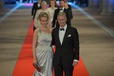 Prins Philippe en prinses Mathilde komen aan bij het Rijksmuseum voor het afscheidsdiner van koningin Beatrix