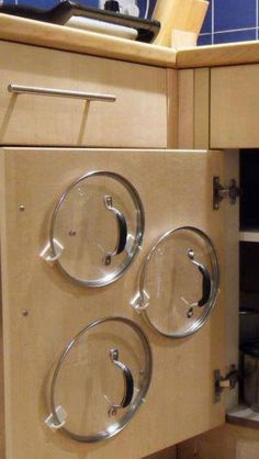 Even more household 'hacks' to make your life easier You'd be potty not to try: For simple storage of pot and pan lids, use plastics hooks to store them on the inside of cupboard doors - Small Kitchen Ideas Storages Diy Kitchen Storage, Kitchen Hacks, Kitchen Decor, Kitchen Themes, Kitchen Gadgets, Home Storage Ideas, Kitchen Dining, Kitchen Space Savers, Kitchen Cupboard Organization
