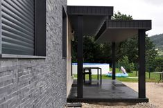Take a look at the unique style and charm that the modular house conjures up – small, yet smart and effective. Construction, Architecture, Garage Doors, Interior Design, Outdoor Decor, Photos, Home Decor, Houses, Solar House