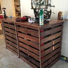 Bar Made from Pallets Pallet Furniture Bar, Wood Pallet Bar, Wood Bar Table, Cafe Furniture, Wood Pallets, Pallet Tables, Pallet Art, Diy Pallet Projects, Home Projects