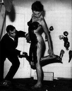 """""""Yves Klein hizo su lugar en los albores del arte conceptual y el performance; concibió al arte como un algo independiente de técnicas o fórmulas. El posmodernista tenía clara preocupación por la obra y no por los medios que el artista había utilizado para lograrla. El artista, para Klein, debía ser un creador de mitos con su obra; la técnica sería los detalles para contarlos"""" Tomado de http://culturacolectiva.com"""