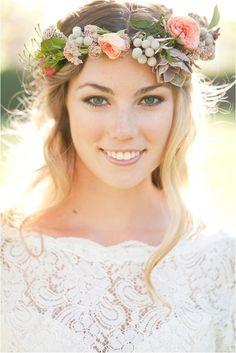 Realza tu pelo suelto con una corona de flores y hojas. Ideal para tu boda al aire libre