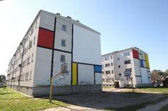 Universal, Grezgorz Drozd/Alicja Łukasiak 2010 / Obraz Pieta Mondriana - też klasyczne dzieło sztuki - po drugiej stronie bloków
