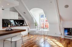 weißes Esszimmer Design -Holzbelag