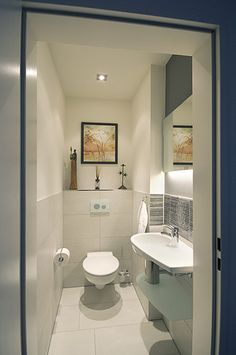 g ste wc mit deckenbeleuchtung im l ndlichen stil einrichten badezimmer pinterest. Black Bedroom Furniture Sets. Home Design Ideas