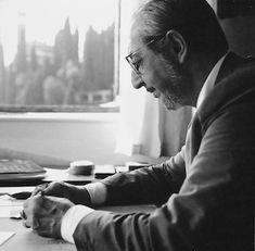 Carlo Scarpa at work in his studio at Asolo Treviso, Italy, at the end of the 1970s. Photo: courtesy of Le Stanze del Vetro, Venice