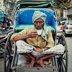 Rickshaw wallah tomándose una taza de chai, Calcuta