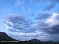 Mondalindo y Medio Celemín, montañas azules al atardecer