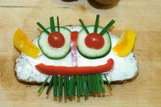 Das Brotgesicht mit frischem Gemüse ist ideal für eine lustige und abwechslungsreiche Brotzeit. Egg Recipes For Lunch, Food Art For Kids, Children Food, Natural Yogurt, Dried Beans, Food Humor, Avocado Egg, Low Calorie Recipes, Nutritious Meals