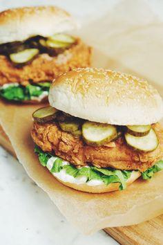 The ultimate vegan fried chicken sandwich - Vegan Sandwich Vegan Kfc, Vegan Fries, Vegan Food, Vegan Mayo, Food Food, Healthy Food, Chicken Sandwich Recipes, Fried Chicken Sandwich, Vegan Chicken Burger Recipe