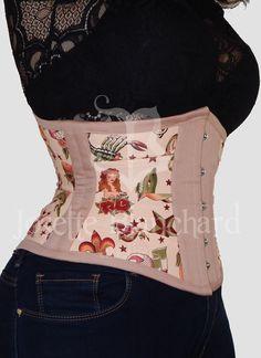 Ref.: WC 010. Corset waist-cincher ribbon sarja rosa e tricoline importado estampado nos painéis laterais, com fechamento frontal por busk .  Site: http://www.josetteblanchardcorsets.com/ Facebook: https://www.facebook.com/JosetteBlanchardCorsets/ Email: josetteblanchardcorsets@gmail.com josetteblanchardcorsets@hotmail.com