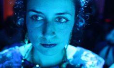 Křehká duše 08. 03. | 18:15Světozor MS 14. 03. | 17:00Městská knihovna MS Ahang, sympatické mladé filmařce žijící ve Stockholmu, v životě zdánlivě nic nechybí. Odmalička obletovaný benjamínek však na prahu třicítky začne trpět nevysvětlitelnými záchvaty úzkosti a paniky. Film se jako hrdinčina osobní terapie vydává po stopách příčin duševní nemoci až do útlého dětství, kdy její rodina uprchla z rodného Íránu do Švédska...