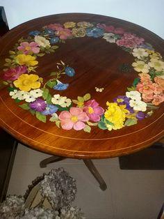 Tavolo dipinto con ghirlanda