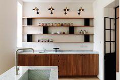 Jasna, czysta i uporządkowana przestrzeń - czy nie brzmi to jak ideał? Do tego materiały najlepszej jakości i mamy wymarzony dom każdego miłośnika minimalizmu. Zapraszamy do wnętrza zaprojektowanego przez pracownię Studio MacLean.